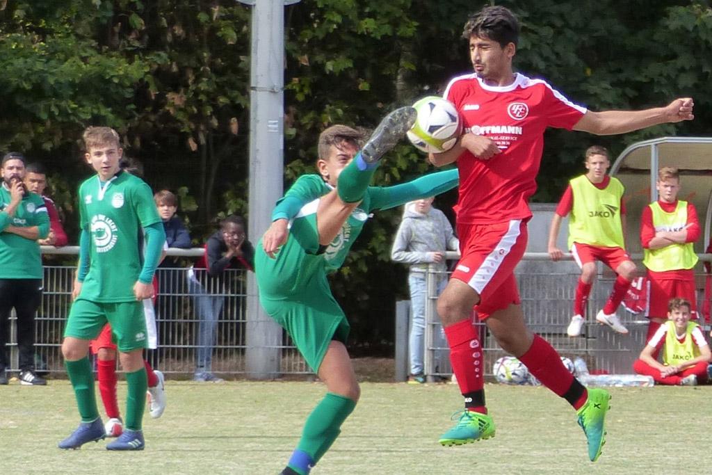 Kein Durchkommen Für Mohammad Alibeyk Von Der C1 Des 1. FC Langen Im Spiel Gegen Die Spvgg. Oberrad.