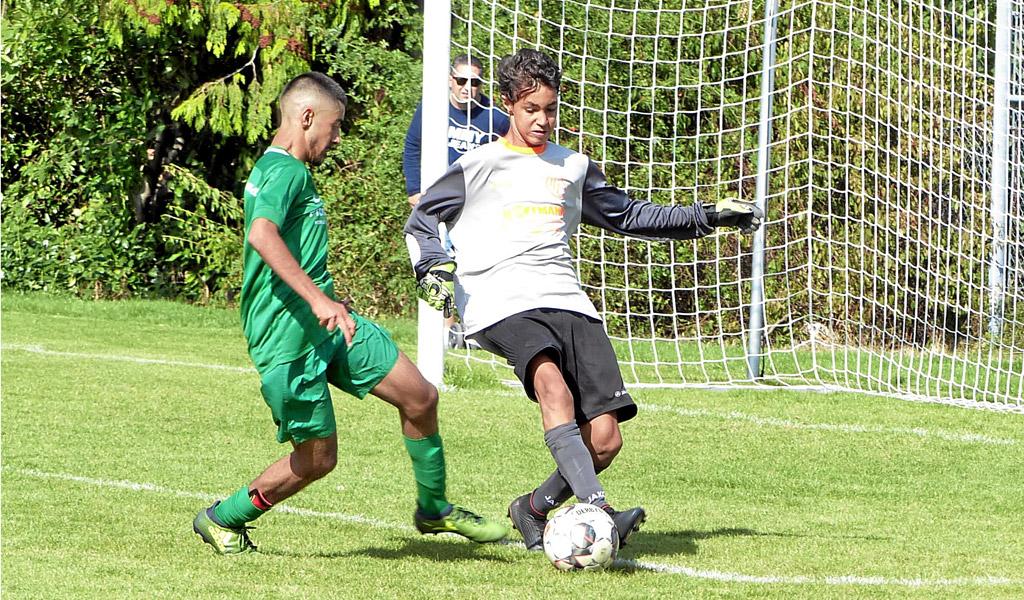 Tarek Dogs (rechts), Torhüter Der C1 Des 1. FC Langen War Beim Spiel Gegen Eintracht Oberursel Im Dauereinsatz
