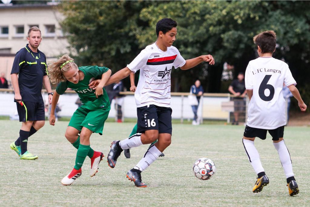 Arash Karimi Von Der C2 Des 1. FC Langen Setzt Sich Hier Gegen Den Nachwuchs Von Kickers Offenbach Durch. Foto: Moritz Kegler