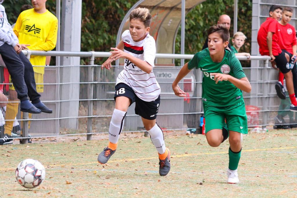 Leonardo Demirci Von Der C2 Des 1. FC Langen Setzt Sich Im Laufduell Durch. Foto: Moritz Kegler