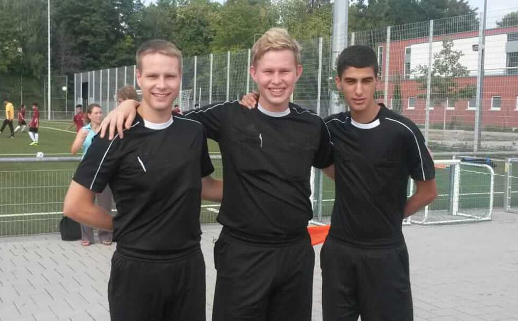 Von Links: Marvin Kubis (1. FC Langen), Philip Pietrowski (1. FC Langen), Adil Challioui (SKG Rumpenheim)