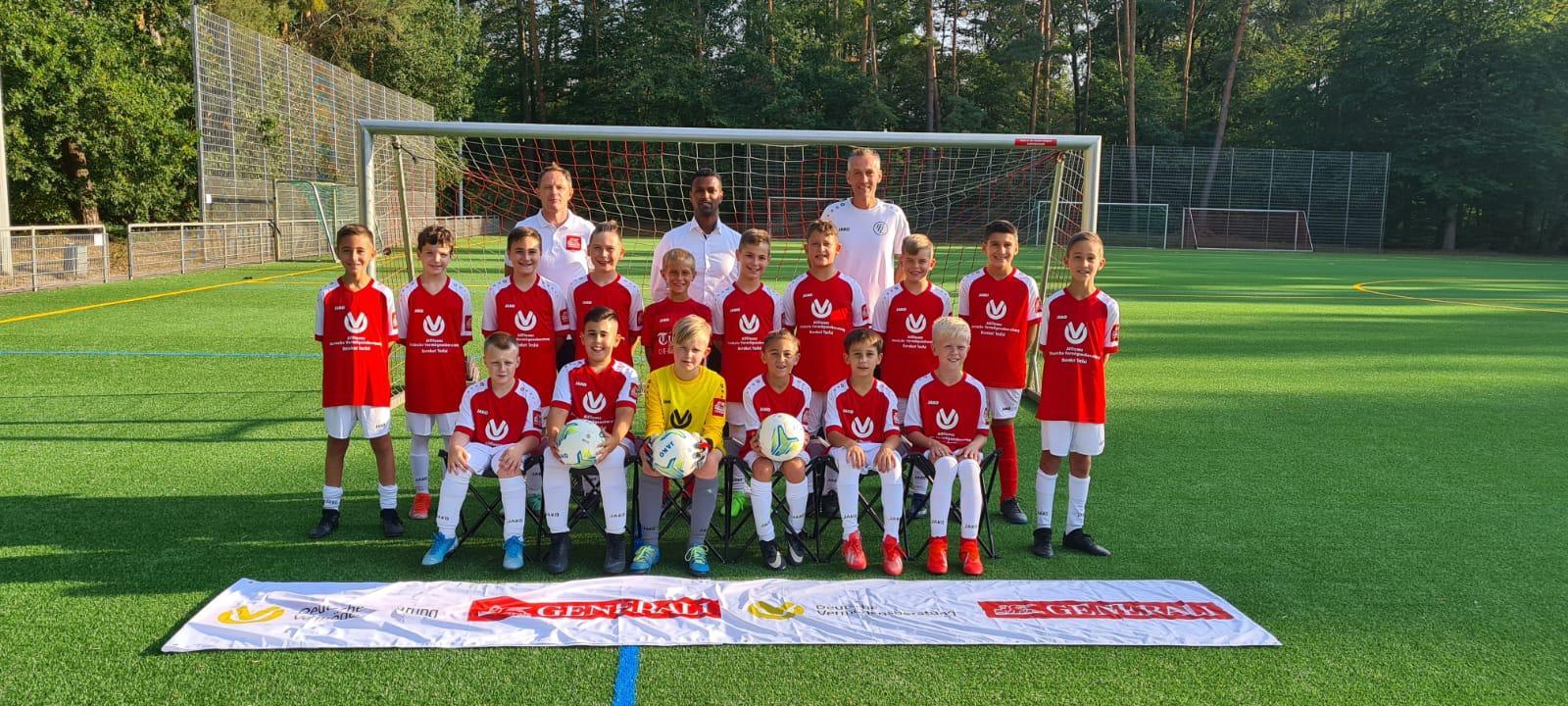 Allfinanz Deutsche Vermögensberatung Bereket Tesfai stattet die E1-Junioren des 1. FC Langen mit einem neuen Trikotsatz aus