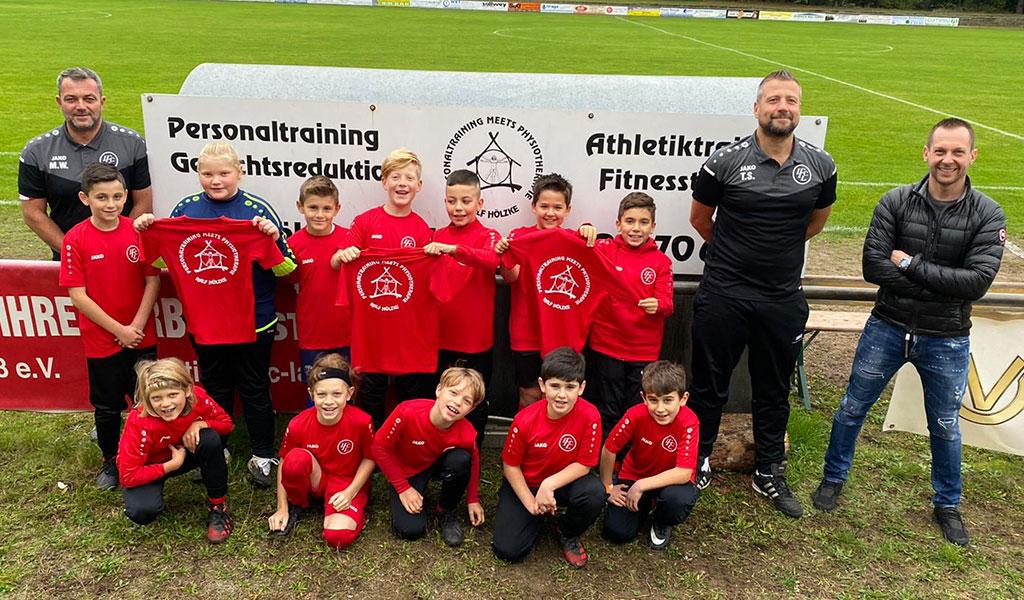 Ralf Hölzke, Physiotherapeut Und Personal Trainer Aus Langen Sponsert Trainingsshirts Für Die E2-Junioren
